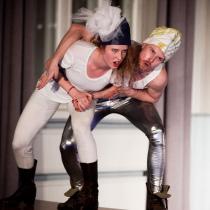 Teatteri II:n pääproduktio marraskuussa U.B.U. 2011. Kuvassa Emma Mattila ja Esa-Matti Smolander.