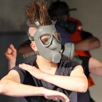 Teatteri II:n pääproduktio marraskuussa U.B.U. 2011. Edessä Jaakko Perilä.