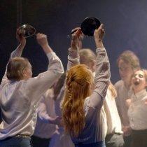 Teatteri I:n pääproduktio Yön yli kantavat äänet maaliskuussa 2017.