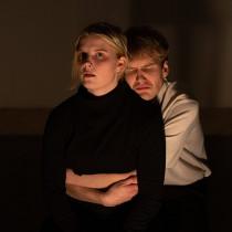 Kannanottoesitys Valmiustila joulukuussa 2018. Kuvassa Ida Riikonen ja Vincent Kinnunen.