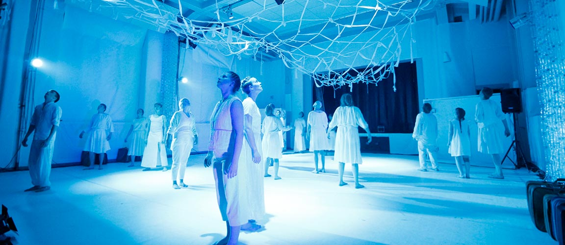 Teatteria Lahden opiston vanhassa juhlasalissa: Oidipus