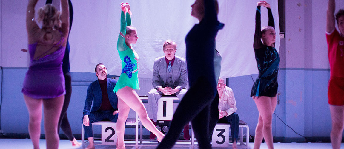 Teatterikoulutuksen esitys teatterin näytelmäklassikosta: Kolme sisarta