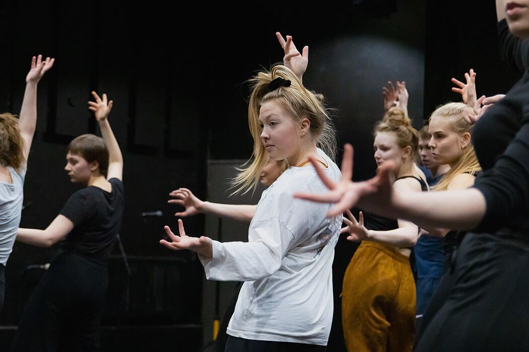 Koulun opetukseen kuuluu näyttelijän- ja teatteritaiteen osana vahvasti myös tanssi ja liike