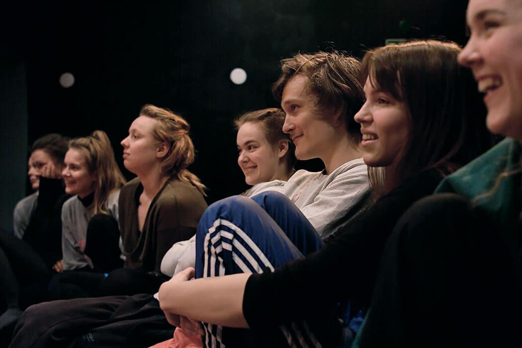 Teatteri-ilmaisun opiskelijat seuraamassa muiden näyttelijän- työn harjoitusta
