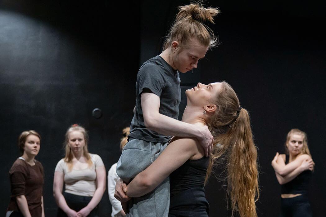 Näyttelijät harjoittelemassa esityksen tanssikohtausta opiston teatterisalissa