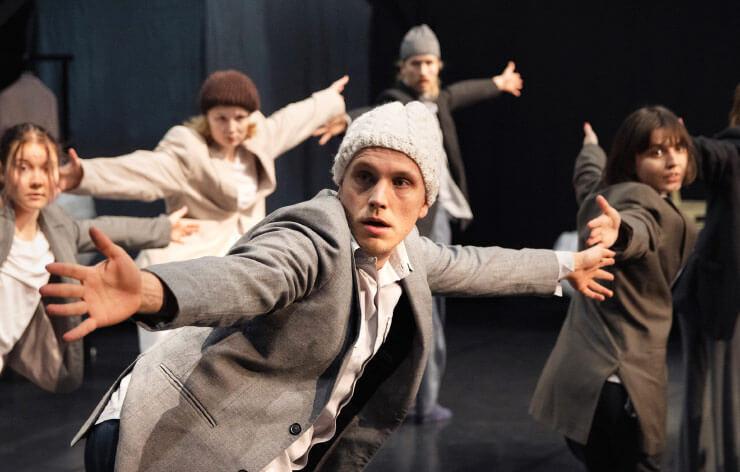 Lokkiorkesteri-esityksen näyttelijät harjoittelemassa koreografiaa tanssitunnilla