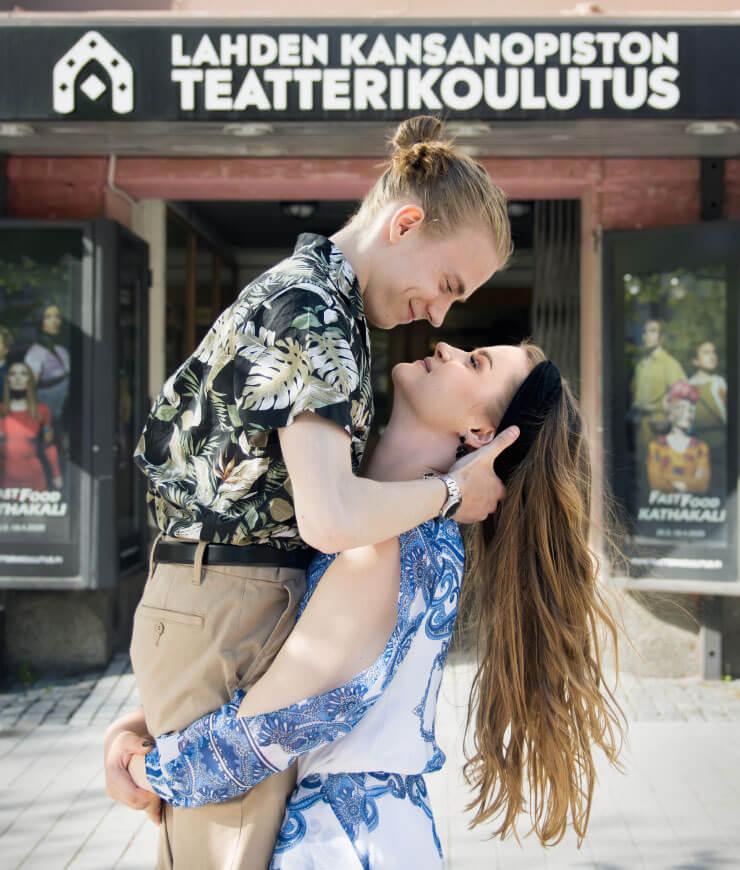 Kaksi näyttelijä opiskelijaa poseeraamassa teatterin edessä Lahdessa