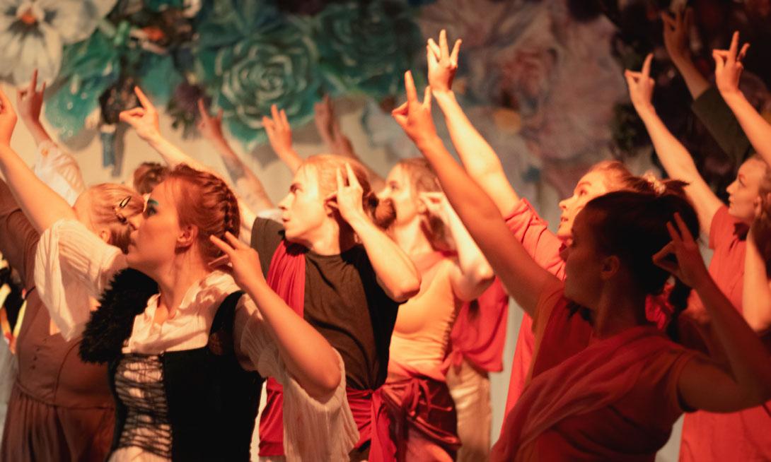 Tanssia Fast Food Kathakali -kantaesityksessä kansanopiston teatterin salissa