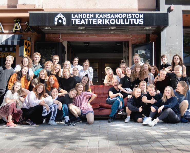 Teatteriopiskelijat opiston teatterin edessä syksyllä 2020