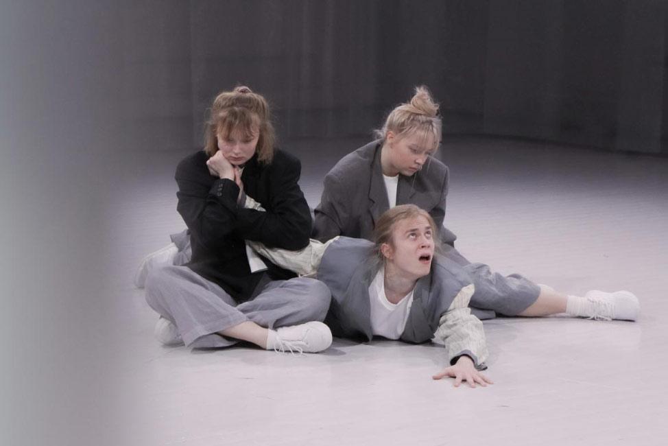 Teatterikorkeakoulun Materiaalista esitykseksi -kurssin esitys 148