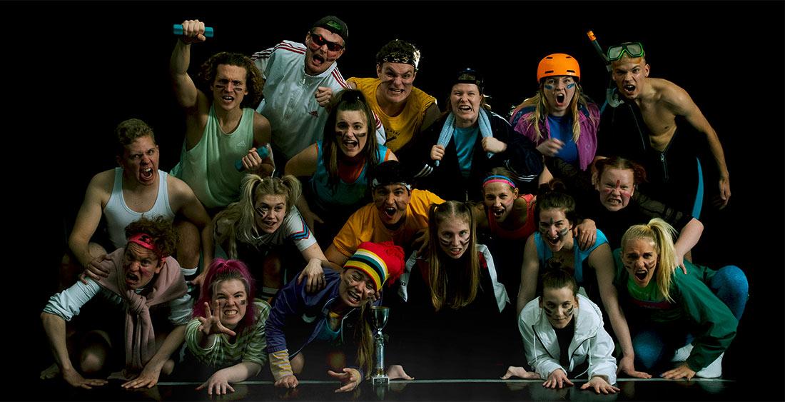 Teatterikoulutuksen opiskelijat kilpavarusteissa improskabojen julistekuvassa